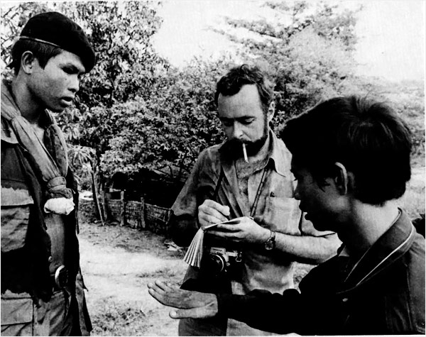 Syd Schanberg and Dith Pran interviewing a soldier